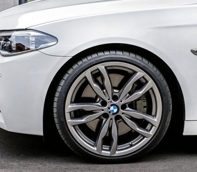 BMW velg op witte auto